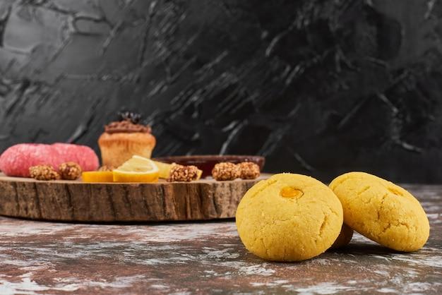Boterkoekjes op een houten bord.