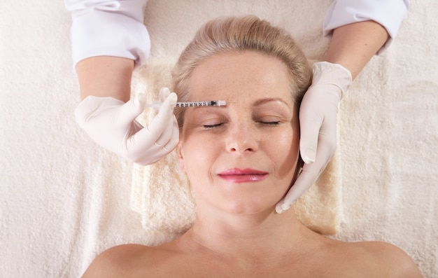 Botox-injectie op vrouwelijk gezicht