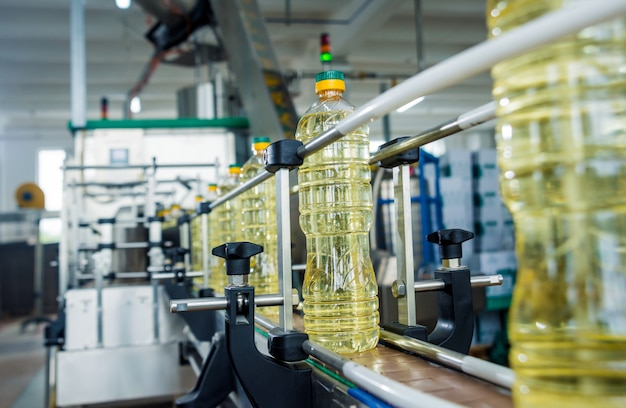 Bottellijn van zonnebloemolie in flessen. plantaardige plantaardige productie-installatie. hoogwaardige technologie.