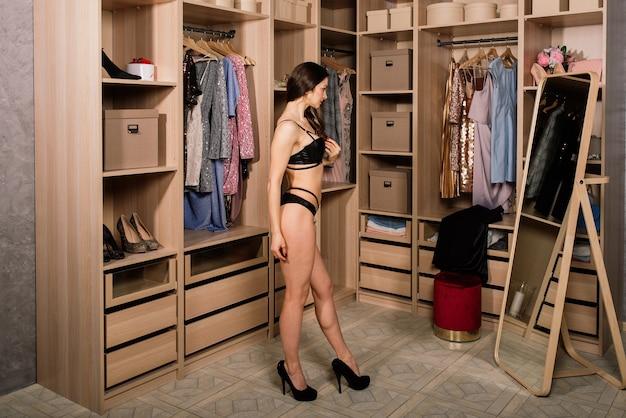 Boudoirsessie met een jonge brunette blanke vrouw met zwart-witte lingerie
