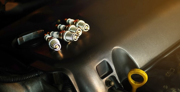 Bougies op de motor geplaatst bougies vervangen in de auto