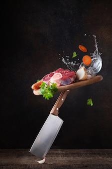 Bouillonproducten. vlees. koken bijl. vliegend eten