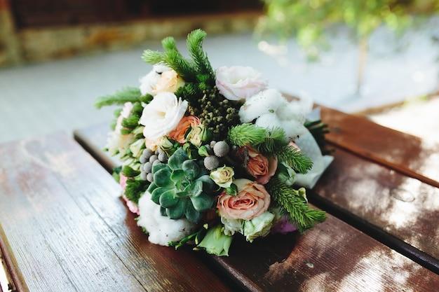 Bouque van bloemen in een tabel