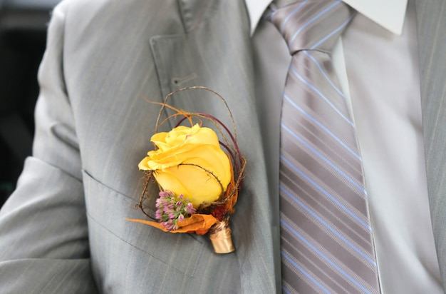 Boutonniere bruidegom gemaakt van gele roos