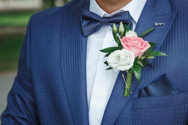 Boutonniere voor de bruidegom. huwelijk, familierelaties, huwelijksparafernalia.