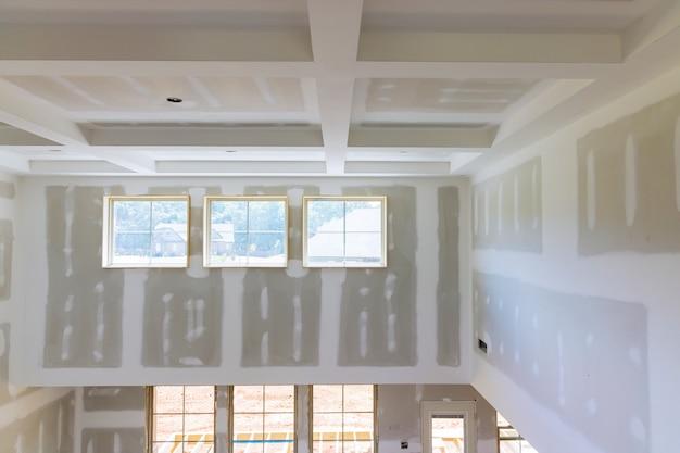 Bouw bouwindustrie nieuwe woningbouw interieur gipsplaat tape een nieuw huis voor installatie
