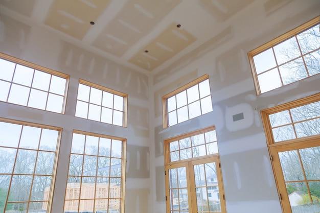 Bouw bouwsector nieuwe woningbouw interieur gipsplaat tape en afwerking details geïnstalleerde deur voor een nieuw huis vóór installatie