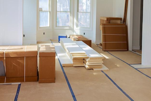 Bouw bouwsector nieuwe woningbouw interieur gipsplaat tape en onvoltooide details een nieuw huis voor installatie