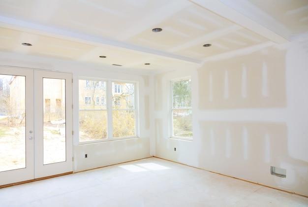 Bouw bouwsector nieuwe woningbouw interieur gipsplaten tape een nieuw huis voor installatie