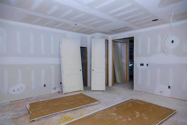 Bouw bouwsector nieuwe woningbouw interieur gipsplaten tape en afwerking details geïnstalleerde deur