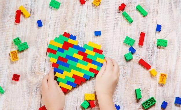 Bouw een lego-hart voor ontwerpers. selectieve achtergrond.