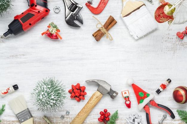 Bouw handige hulpmiddelen met kerstmisornament op wit hout
