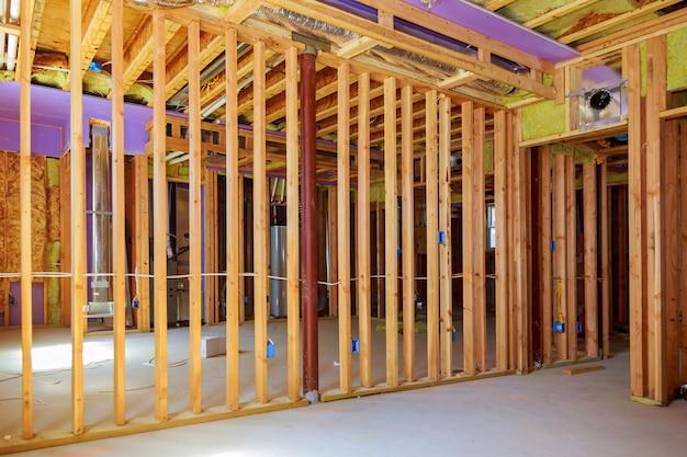 Bouw het frame van een houten huis. in het frame. planken voor vloeren, dampremmende muren.