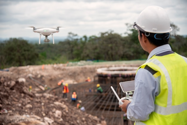 Bouw ingenieur vliegen een drone voor het maken van een foto voor voortgangsrapport