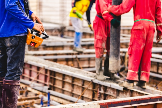 Bouw mannen werknemer controle boom beton