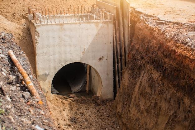 Bouw ondergrondse afvoer waterpijp
