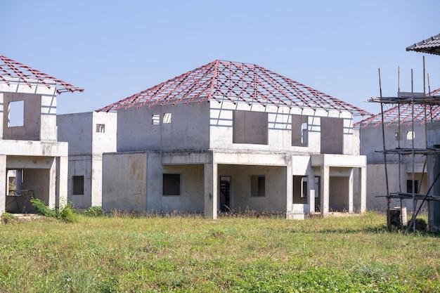 Bouw residentieel nieuw huis van prefabsysteem in uitvoering op de bouwplaats