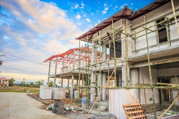 Bouw residentiële nieuw huis in uitvoering op de bouwplaats
