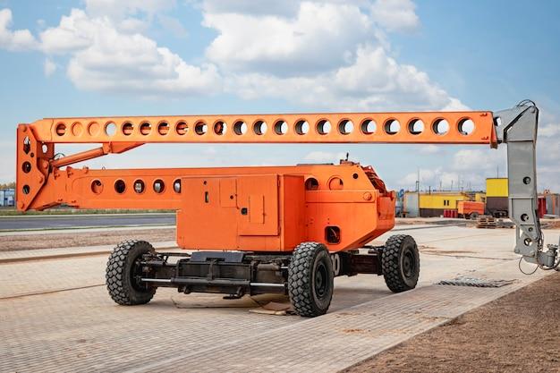 Bouw telescopische toren of werkplatform voor mensen om op hoogte te werken. krachtig werkplatform om bouwvakkers op te tillen.