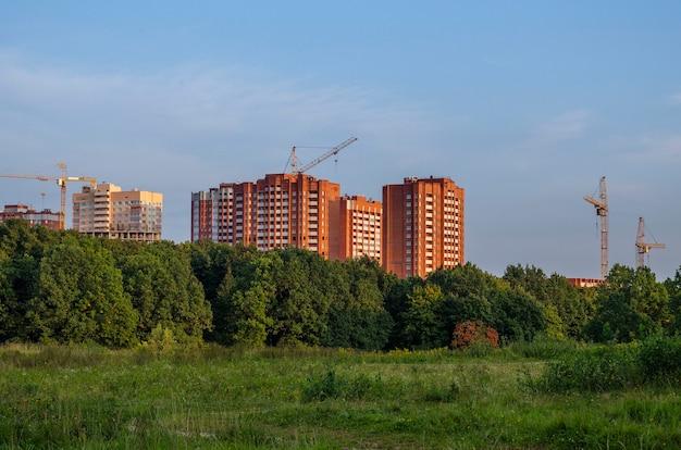 Bouw van de derde fase van een nieuw wooncomplex nabij het bos