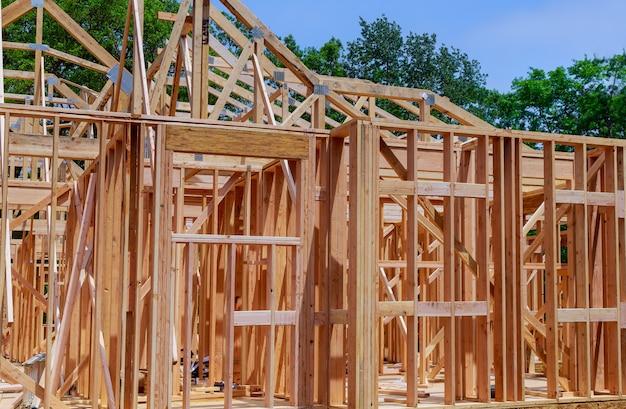 Bouw van de nieuwe houten constructie van de huisbouw