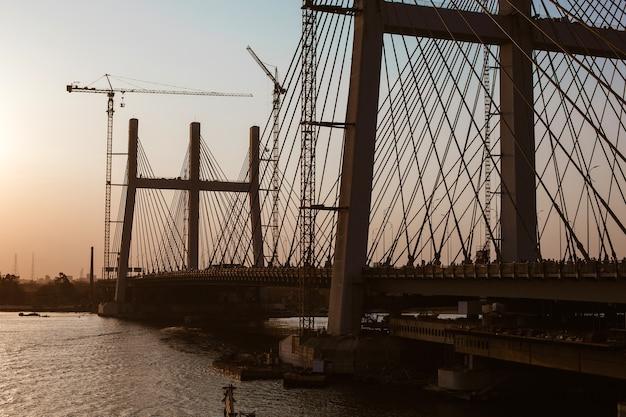 Bouw van de recordbreedste brug al faraj in de stad caïro aan de rivier de nijl