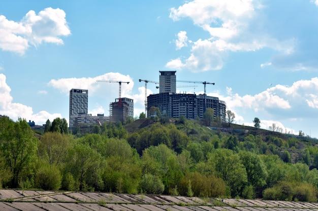 Bouw van een appartementencomplex op een heuvel