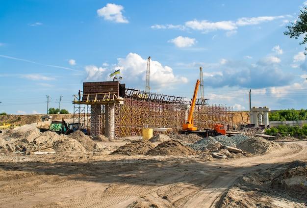 Bouw van een betonnen viaduct