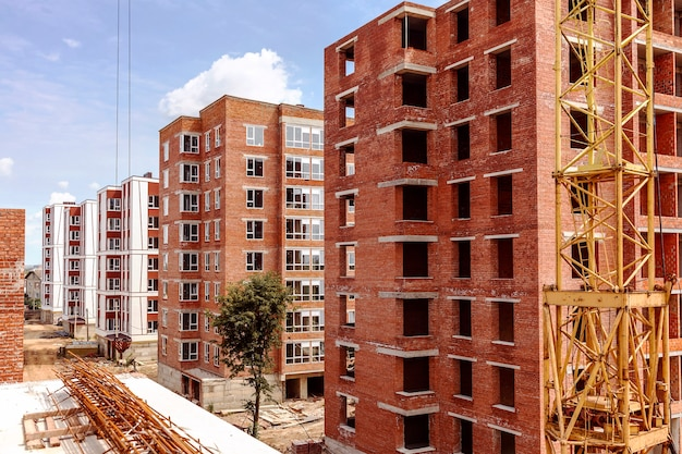 Bouw van een blok bakstenen huizen met meerdere verdiepingen