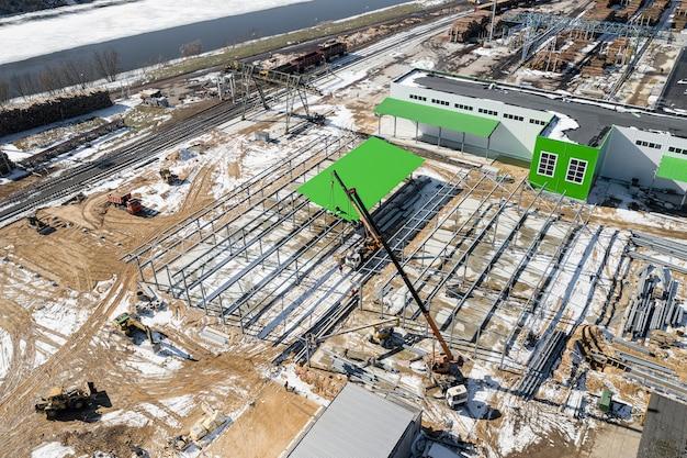 Bouw van een bovenaanzicht van een moderne houtverwerkingsfabriek.