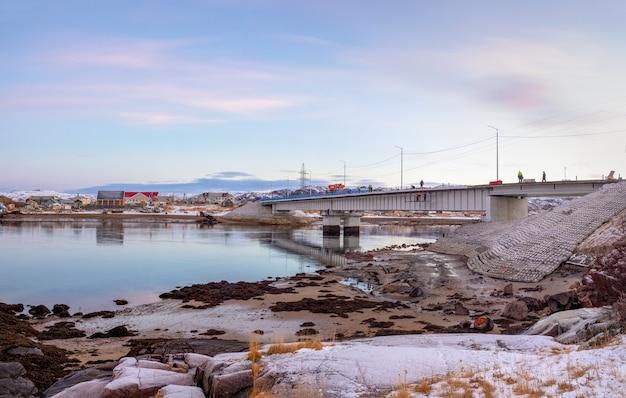 Bouw van een brug in het hoge noorden. prachtig uitzicht op winter teriberka
