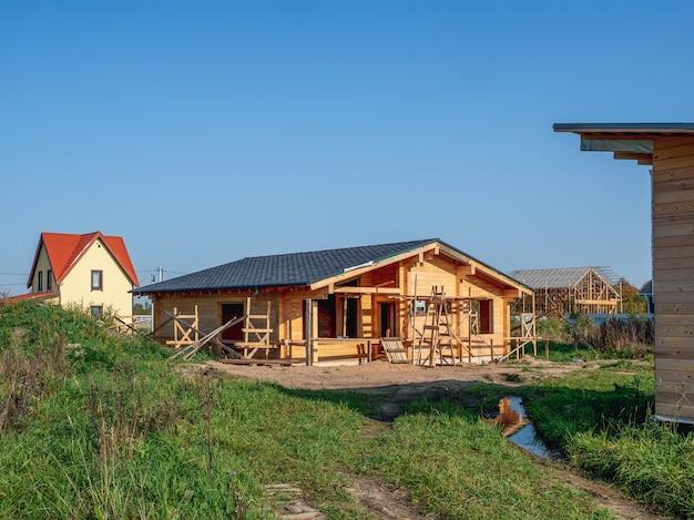 Bouw van een houten huis in het dorp. rusland.