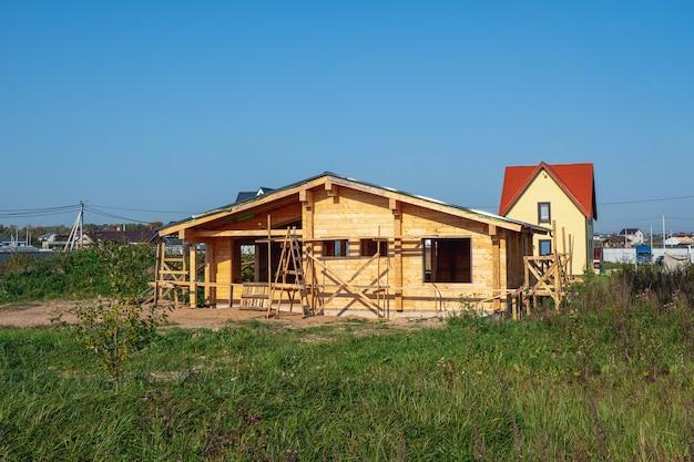 Bouw van een houten huis op een eigen perceel