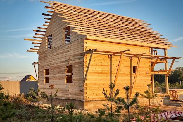Bouw van een huis gemaakt van gelamineerd fineerhout