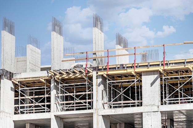 Bouw van een monolithisch huis van gewapend beton. moderne bouwtechnologieën. bouw van een modern gebouw met meerdere verdiepingen.