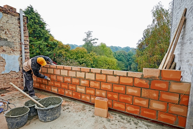 Bouw van een muur voor nieuwe ruimte met arbeider