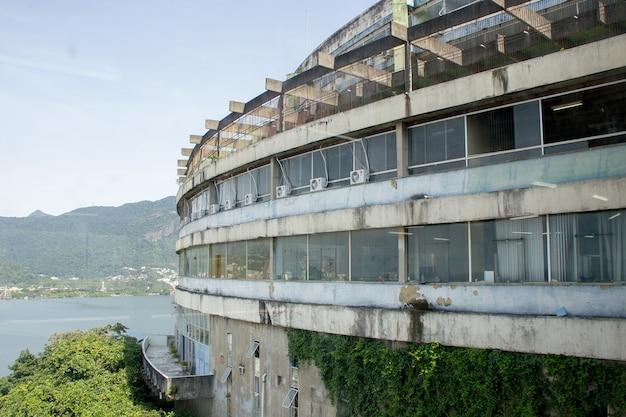 Bouw van een oud hotel op de top van de sloppenwijk cantagalo, brazilië