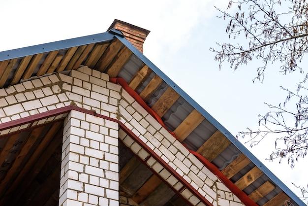 Bouw van een schuin dak. omhulsel van metalen dak. dakhelling.