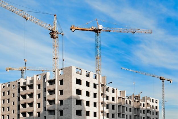 Bouw van gebouwen en huizen met kranen