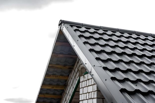 Bouw van het dak van het huis. metalen tegels.