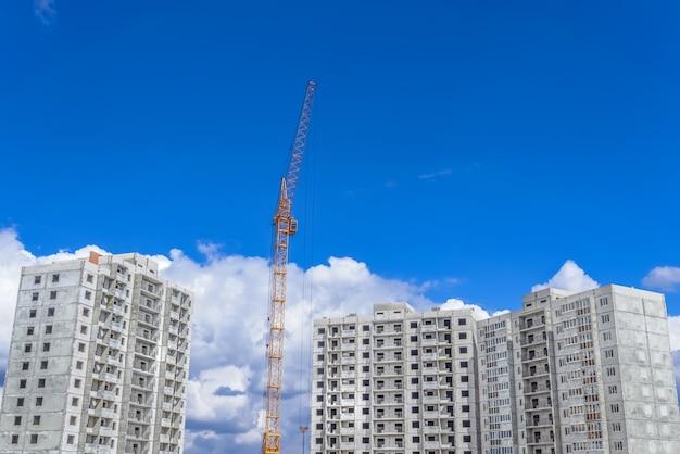 Bouw van hoogbouwwoningen en bouwkraan