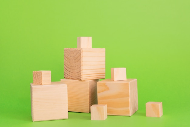 Bouw van houten kubussen op groene achtergrond met exemplaarruimte. mockupsamenstelling voor ontwerp