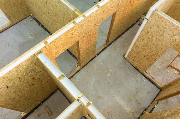 Bouw van nieuw en modern modulair huis. muren gemaakt van composiet houten lamellenpanelen met piepschuimisolatie aan de binnenkant. nieuw frame van energiezuinig huisconcept bouwen.