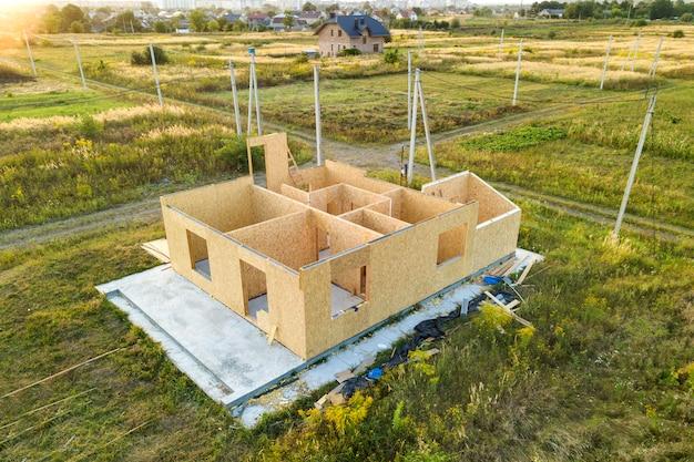 Bouw van nieuw en modern modulair huis. wanden van composiet houten sip-panelen met binnenin piepschuimisolatie. nieuw kader voor energiezuinig huis bouwen.