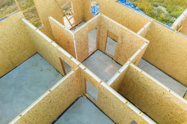 Bouw van nieuw en modern modulair huis.