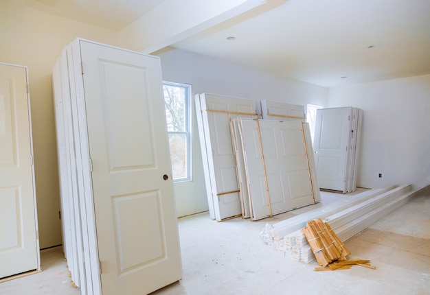 Bouw van nieuw huis voor in een ruimte die op installatiebinnendeur wacht