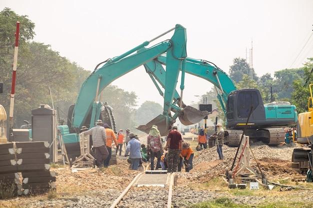 Bouw van spoorwegverbetering van graaflaadmachines en arbeiders