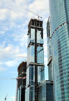 Bouw van wolkenkrabbers van glas, staal en beton van een complex van het zakencentrum