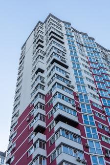 Bouw van woongebouwen met meerdere verdiepingen, nieuwe huizen in kiev, de hoofdstad van oekraïne