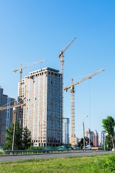 Bouw van woongebouwen, nieuwe huizen met meerdere verdiepingen in kiev, de hoofdstad van oekraïne